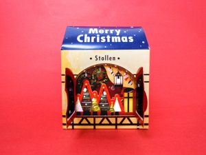 クリスマスのお菓子の箱 窓を開けたところ