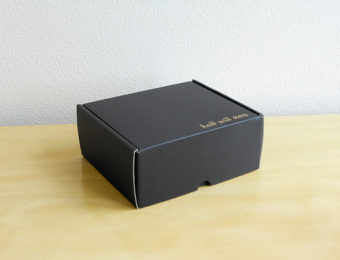 デザインのひきだし33掲載 箔押し入り 黒いダンボール箱 カラフルダンボール箱 おしゃれダンボール屋さん.com