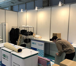 設営中 コマガタ 第3回販促EXPO春 化粧箱屋のノベルティ